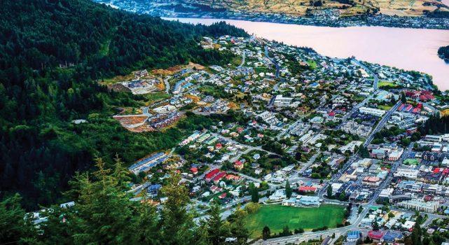 位于纽西兰(New Zealand)南岛 瓦纳卡(Wanaka)和皇后镇(Queenstown) 天然地形及滑雪活动让游客慕名而来