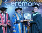 QIU在第五届毕业典礼 庆贺首位国际荣誉致辞生